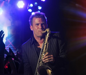 Saxofonist Jeroen Kraaij is al zo'n tien jaar bekend onder de naam Saxojoe. Niet alleen binnen onze landsgrenzen,  maar ook in de internationale muziekwereld. Saxojoe heeft zich gespecialiseerd in het live meespelen met dj's binnen uiteenlopende muziekstijlen. Zo speelde hij al met een flink aantal bekende dj's, waaronder Roog, Don Diablo en Benny Rodrigues. Door zijn ervaring weet Saxojoe precies hoe hij een feestje omtovert tot één groot feest. Saxojoe staat niet alleen bekend om zijn waanzinnige saxofoonspel, maar ook om zijn enthousiasme en de hoge entertainmentwaarde waarmee hij op ieder feest speelt.